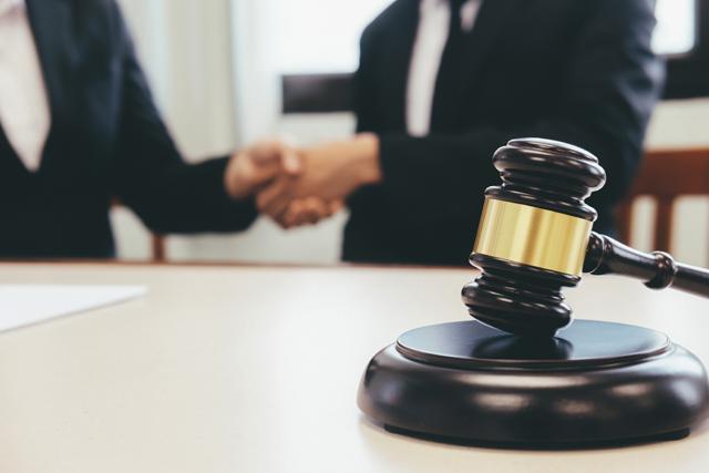 裁判所で握手