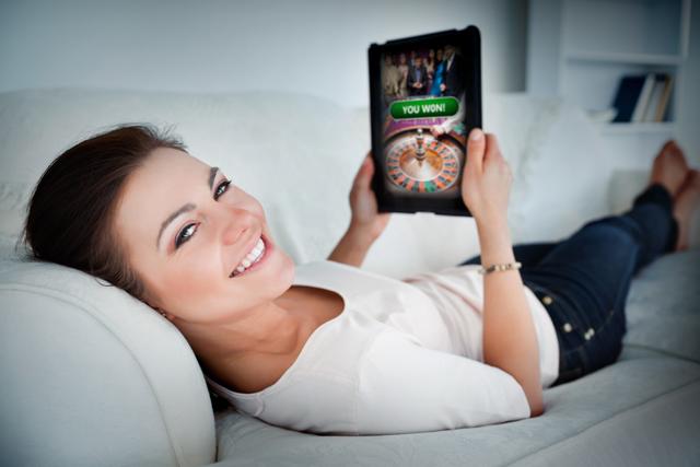 オンラインカジノサイトを見る女性