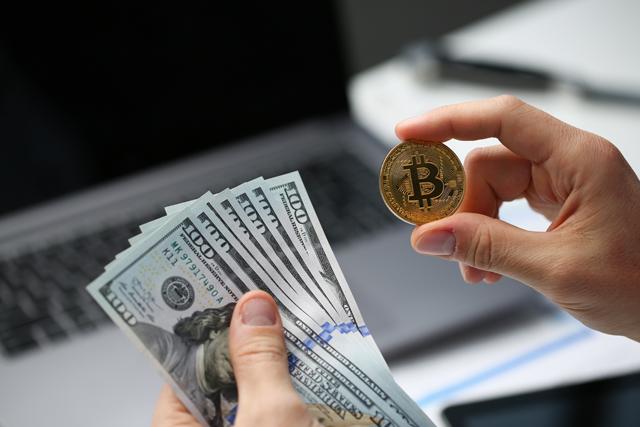 100ドル札とコイン