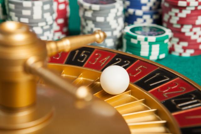 5番のボールとカジノルーレット盤