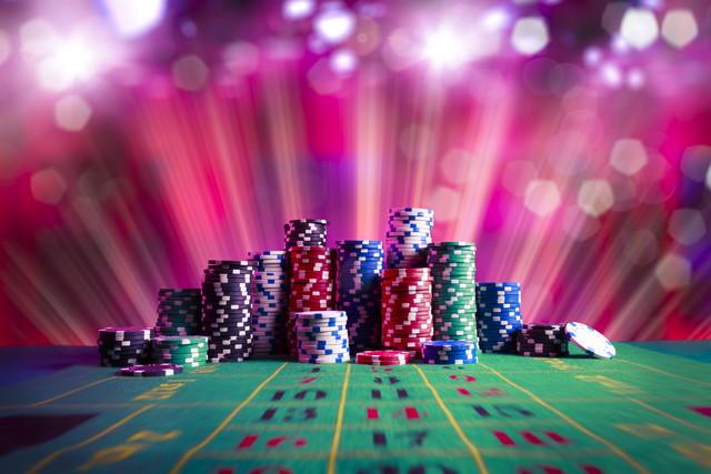 賭博のテーブルのポーカー用のチップ