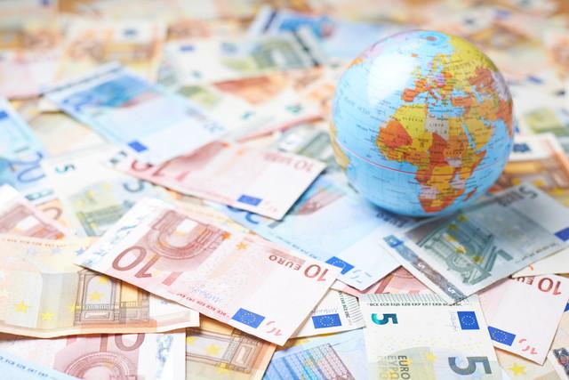お金の山の上の地球
