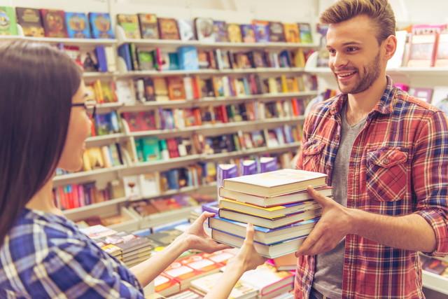 大量の本を買う人
