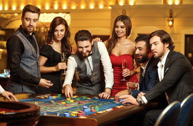 カジノのルーレットのテーブルで楽しむ人