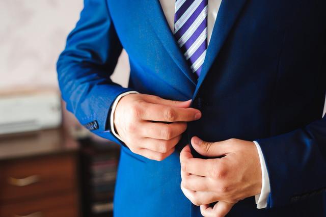 発音を調べる パートナーと会う前に衣装を着てエレガントなビジネスマン