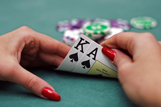 カードを持つ女性の手