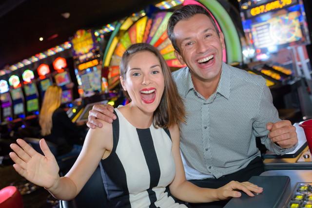 カジノを楽しむカップル