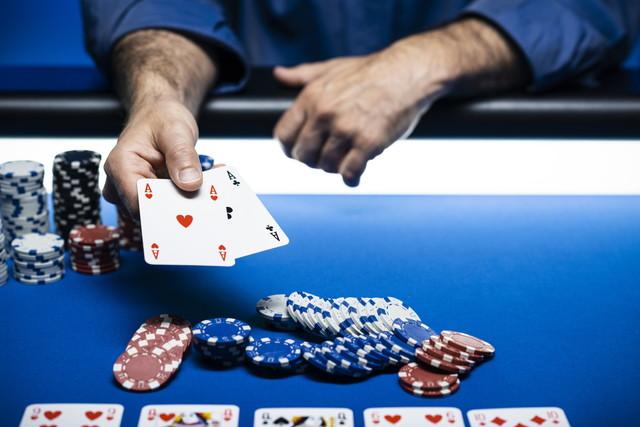 テーブル上のカジノチップ