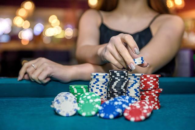 カジノチップと女性