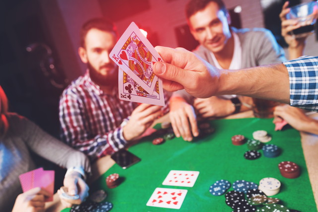 ポーカーをする男性たち