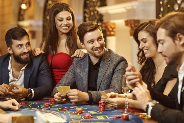 カジノを楽しんでいる男女