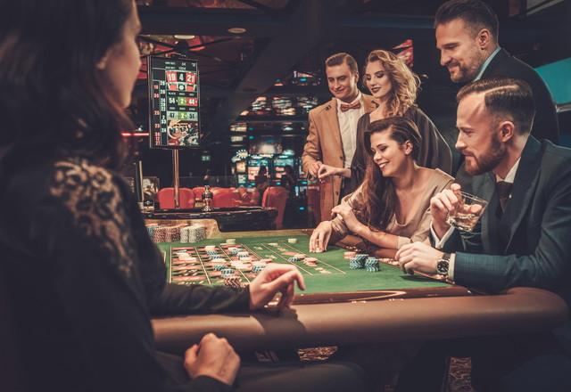 カジノで遊んでいる人々
