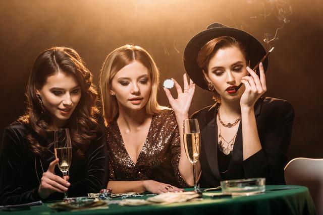 テーブルゲームで遊ぶ女性達