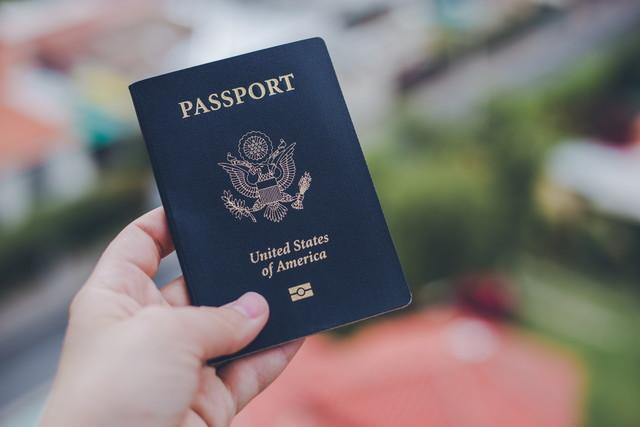 パスポートを手に持っている様子