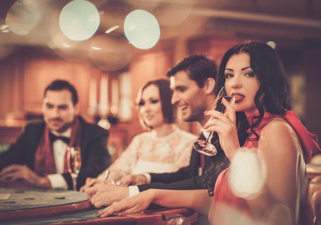 ワインを片手にゲームを楽しむ女性