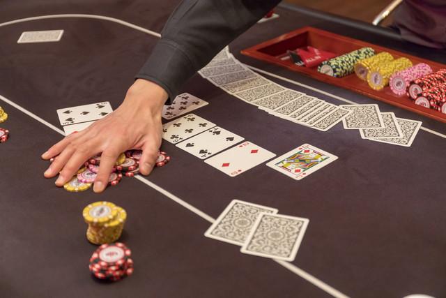 バカラをプレイ中のテーブル