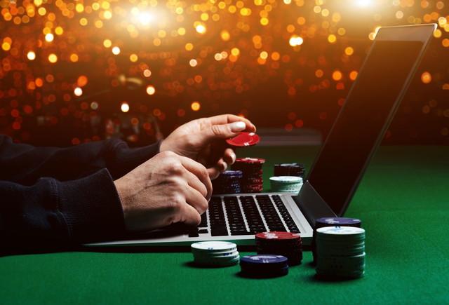 オンラインでカジノを楽しんでいる様子