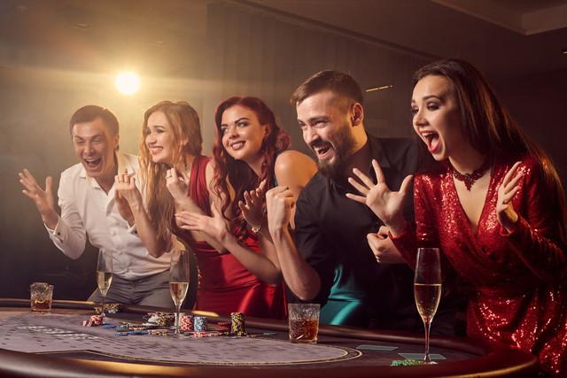 カジノを楽しむ人