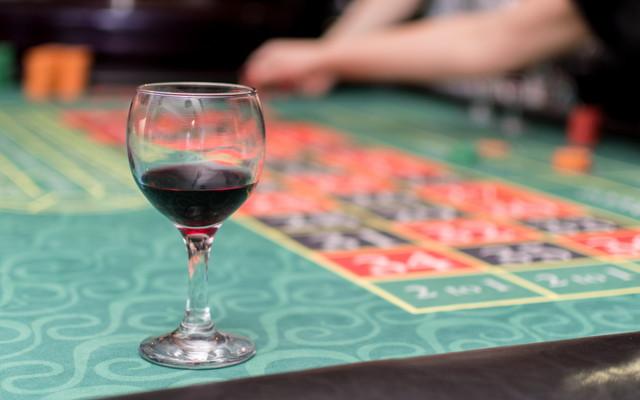 カジノテーブルとワイン