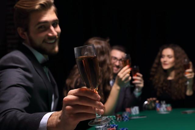 お酒を飲みながら遊ぶ男性