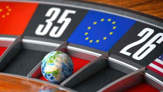 欧州連合のEU旗を獲得したカジノルーレットのボールとしての地球