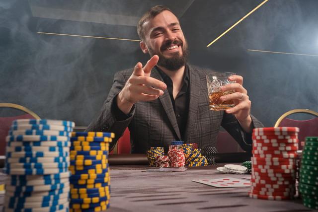 テーブルゲームで遊ぶ男性