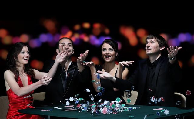 カジノで喜ぶ仲間