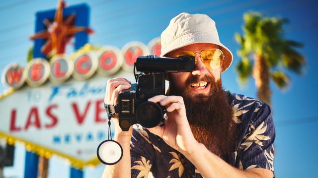 ラスベガスで男性がカメラ撮影