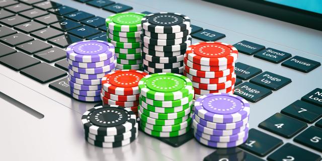 オンラインカジノ,パソコンとチップ