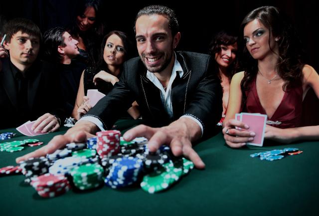カジノで勝つ男性