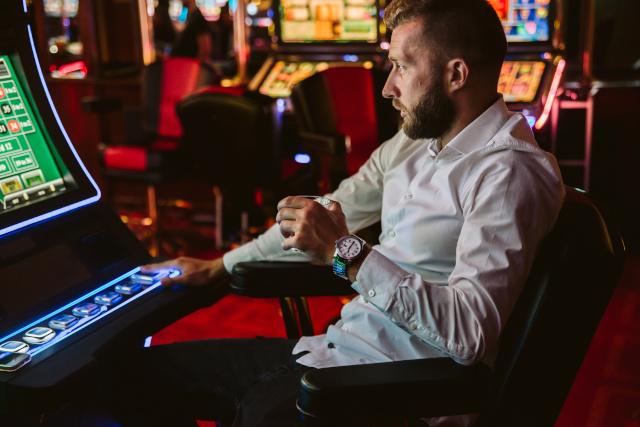 ビデオゲームカジノをする男性