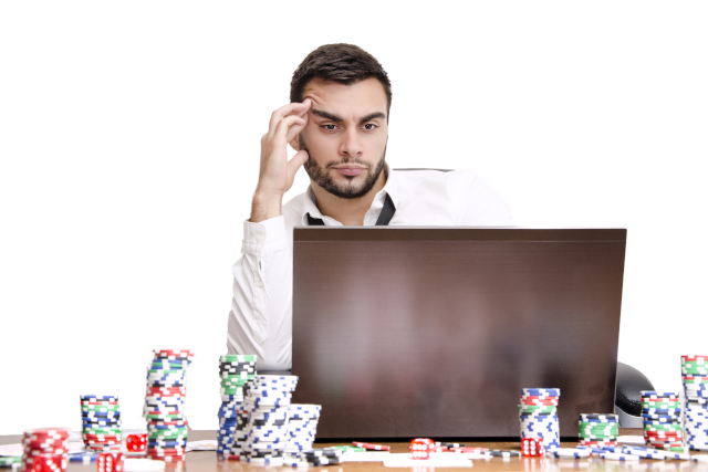 パソコン前で悩む男