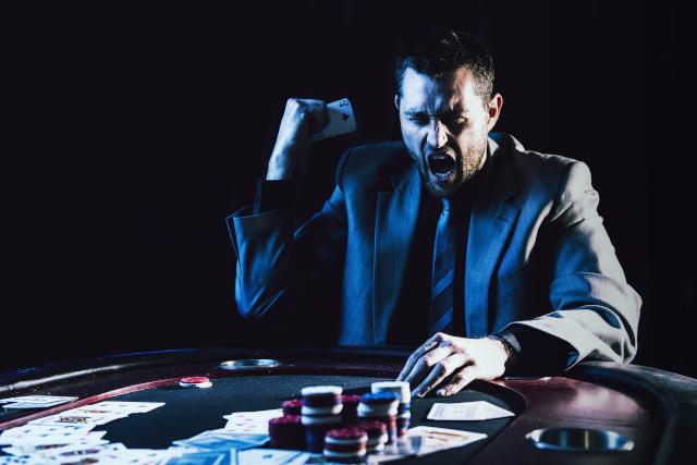 カジノで叫ぶ男性