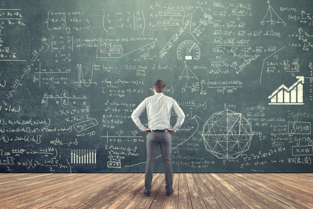 計算式を眺める男