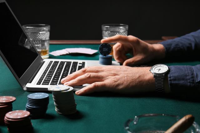 オンラインカジノをしている男性