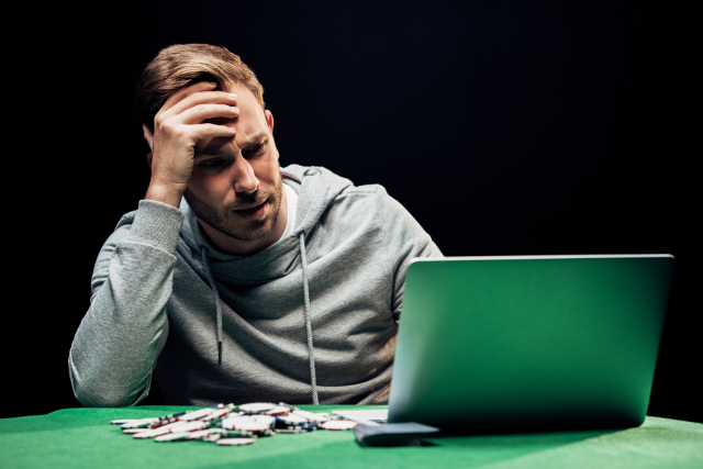 オンラインカジノでがっかりする男性