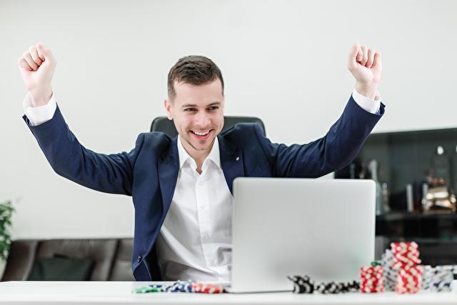 オンラインカジノで万歳をする男性