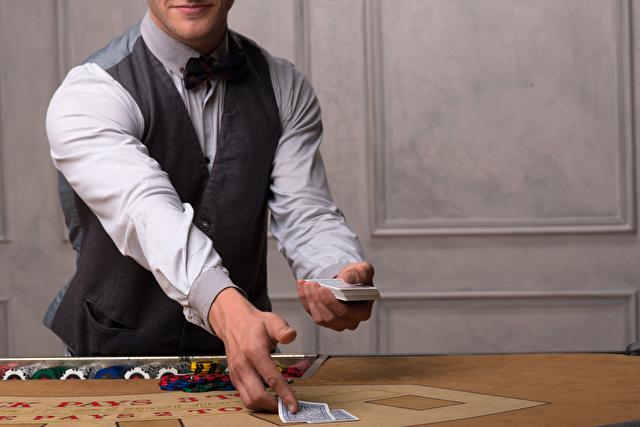 ディーラーがカードを配る