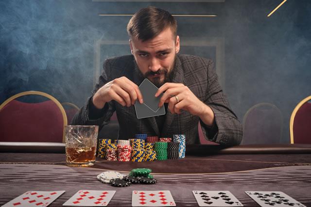 冷静にカードゲームする男性