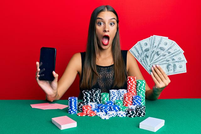ギャンブルで勝ってお金を持つ女性