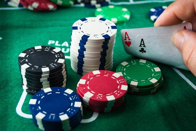 エースとポーカーチップのペア