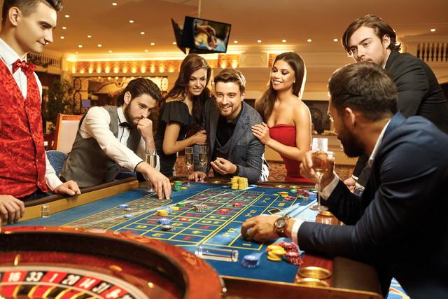 カジノでポーカールーレットを賭ける幸せな人々