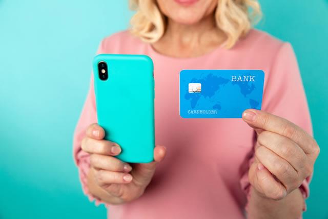 クレジットカードと自分を撮影